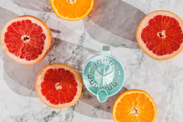 Cortar la fruta con exprimidor en la mesa.