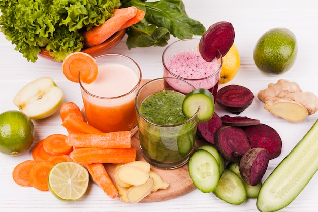 Cortar frutas y verduras con jugo.