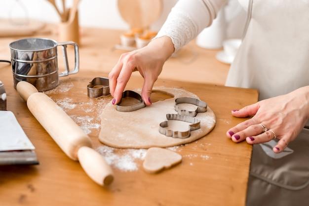 Cortar las galletas con moldes de masa.