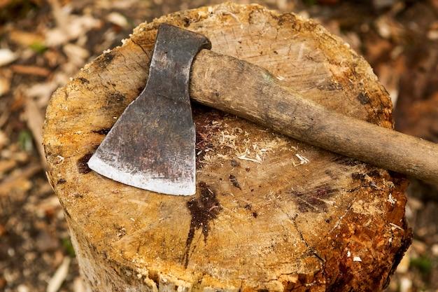 Cortar hacha de madera de primer plano