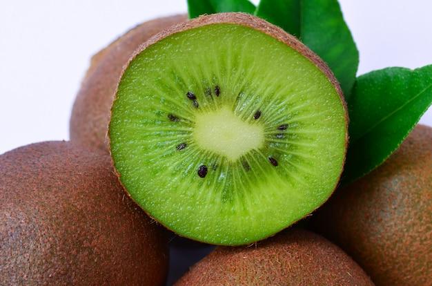 Cortar kiwi sobre fondo blanco