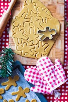 Cortar la masa de galletas de jengibre para navidad y año nuevo