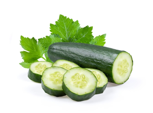 Cortar el pepino verde sobre fondo blanco.