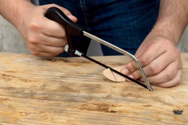 Cortar un pequeño trozo de madera