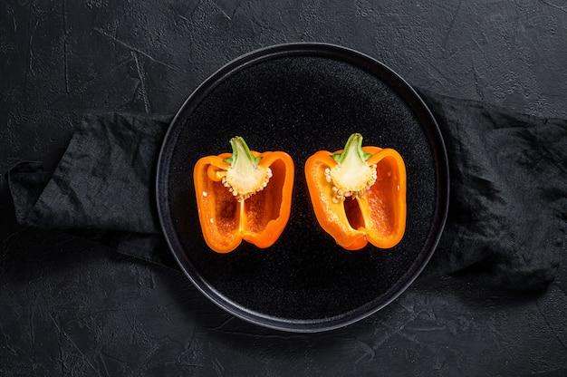 Cortar el pimiento naranja, dos mitades.