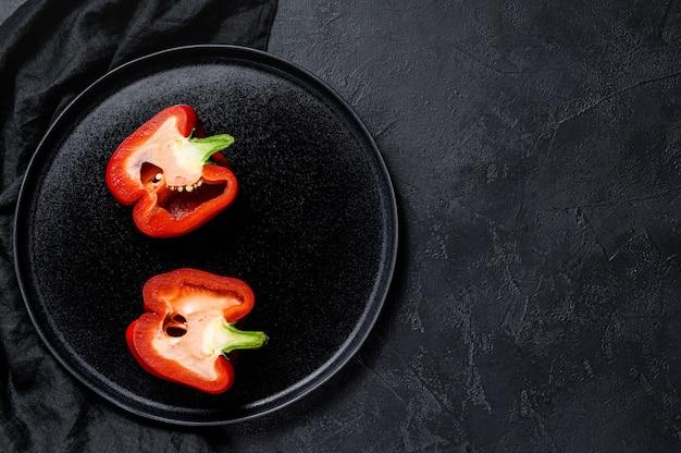 Cortar el pimiento rojo dulce, dos mitades.