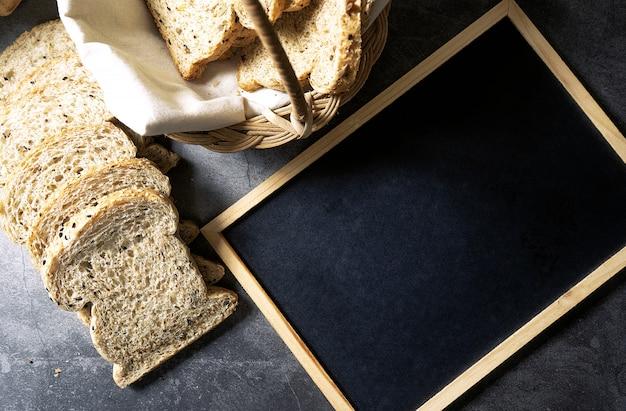 Cortar con rebanadas y pan de grano entero pan fresco hecho en casa en el piso