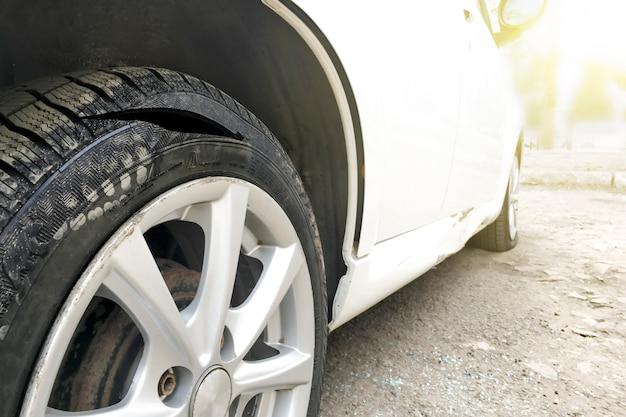 Cortar la rueda del coche