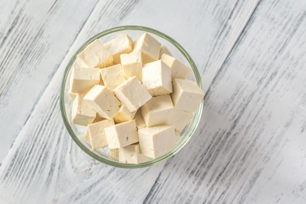 Cortar el tofu en el recipiente de vidrio.