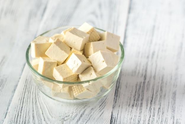 Cortar el tofu en el recipiente de vidrio