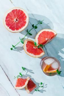 Cortar la toronja en la mesa