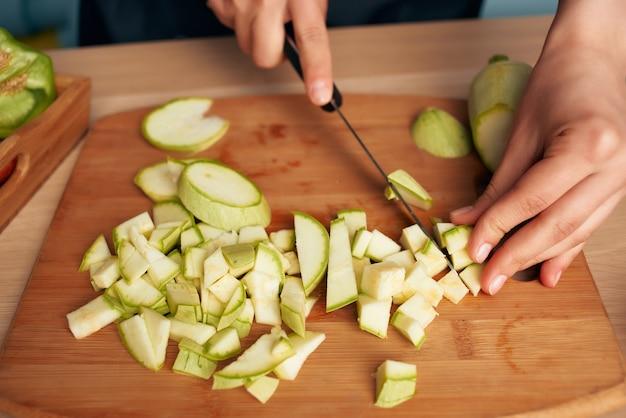 Cortar verduras en una tabla de cortar cocina cocina