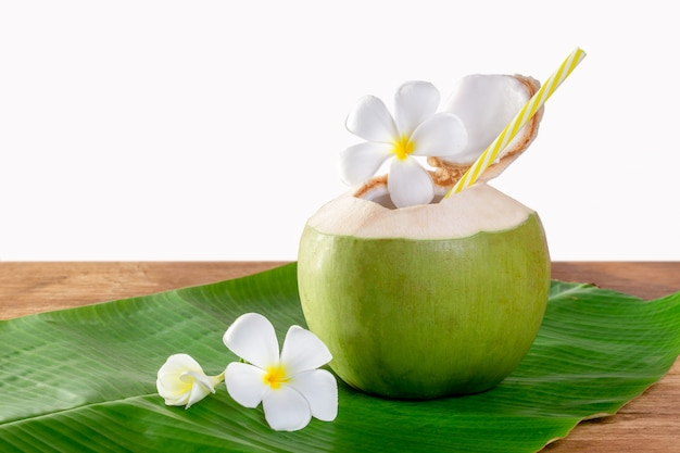 Corte de fruta de coco verde abierto para beber jugo y comer.