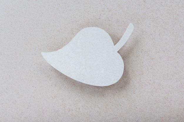 Corte de hoja de papel reciclado para logotipo o diseño de marca ecológica