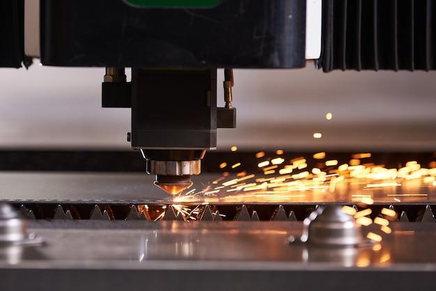 Corte láser cnc de metal, tecnología industrial moderna.