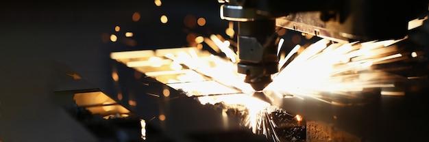 Corte láser de metal en tecnologías industriales modernas. concepto de procesamiento industrial