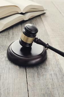 Corte martillo y libros. juicio y concepto de ley