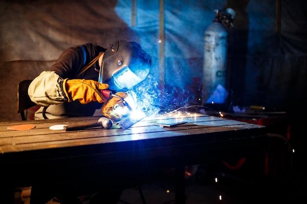 Corte de metal con equipo de plasma en planta.
