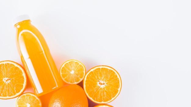 Corte de naranjas frescas de colores y jugo.