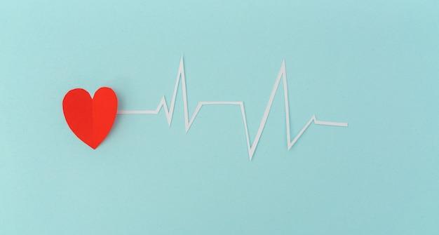 Corte del papel de electrocardiograma del ritmo del corazón para el día de san valentín.