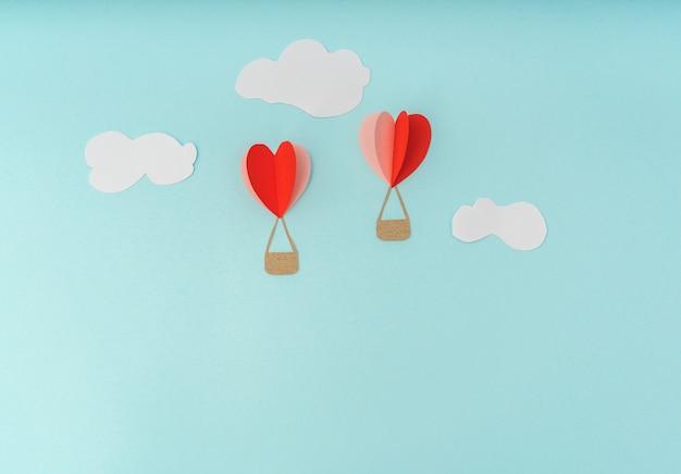 Corte del papel de los globos de aire caliente del corazón por celebrat día de san valentín