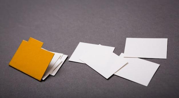 Corte del papel de manila carpeta con algún documento