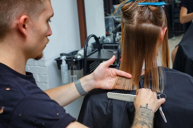 Corte de pelo en la peluquería.