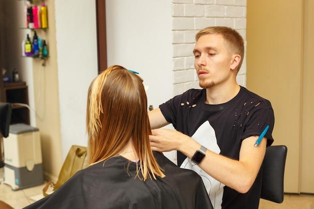 Corte de pelo en el salón de belleza, cuidado profesional del cabello.