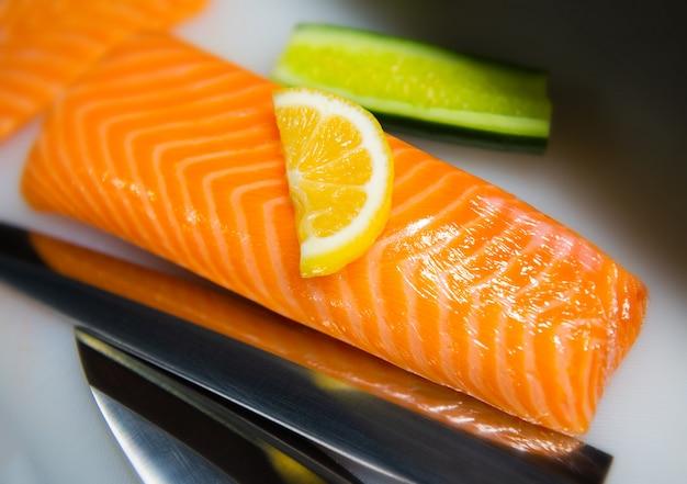 Corte de salmón preparándose para cocinar.