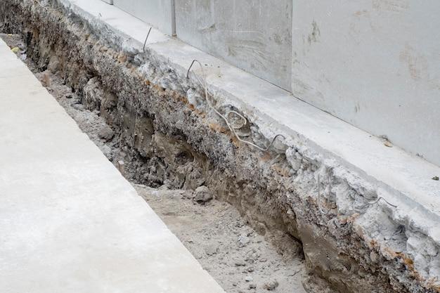 Corte de superficie de carretera de concreto en construcción.