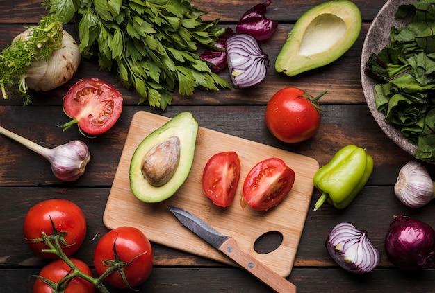 Corte el tomate y el aguacate para la vista superior de la ensalada.