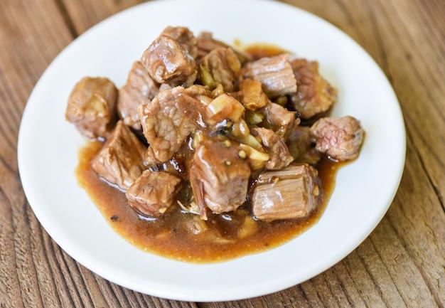 Cortes de carne de res y comida cocida en un plato blanco - carne carne de res cubo asado barbacoa