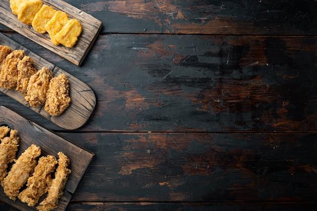 Cortes de pollo frito a la barbacoa coreana en la vieja mesa de madera oscura, vista superior.