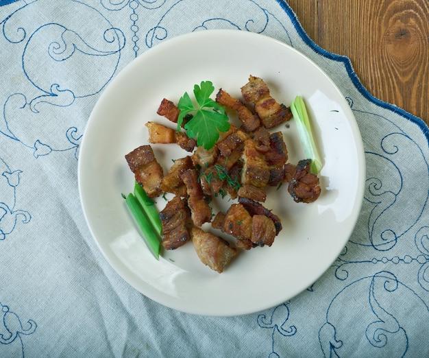 Corteza de cerdo piel de cerdo. la corteza de cerdo es un ingrediente común de las salchichas, lo que ayuda a mejorar su consistencia.