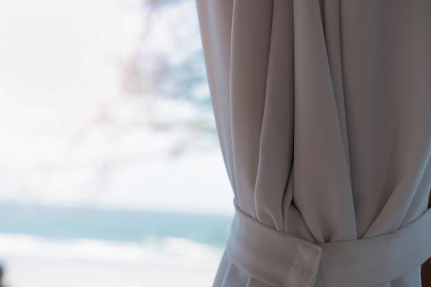 Cortina en choza en la playa en el mar