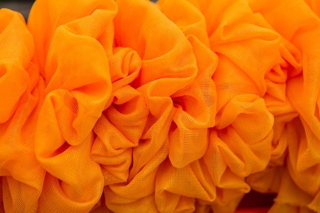 Las cortinas anaranjadas hicieron las flores, fondo de la textura.