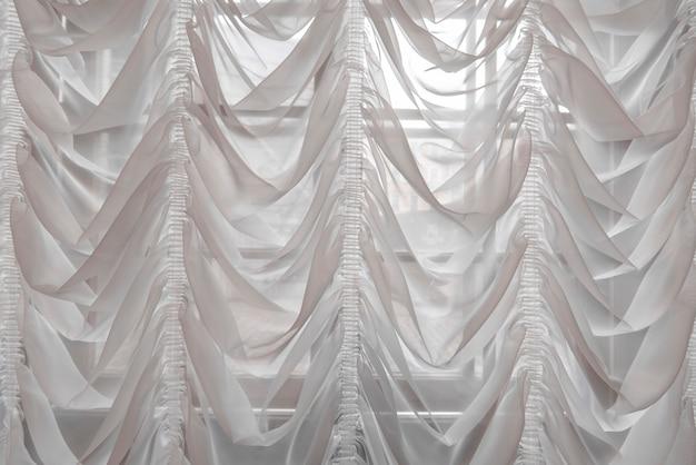 Cortinas blancas como interior de salón de lujo.