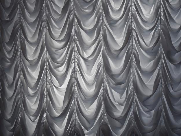 Las cortinas blancas cubrían el teatro en la noche. cortinas