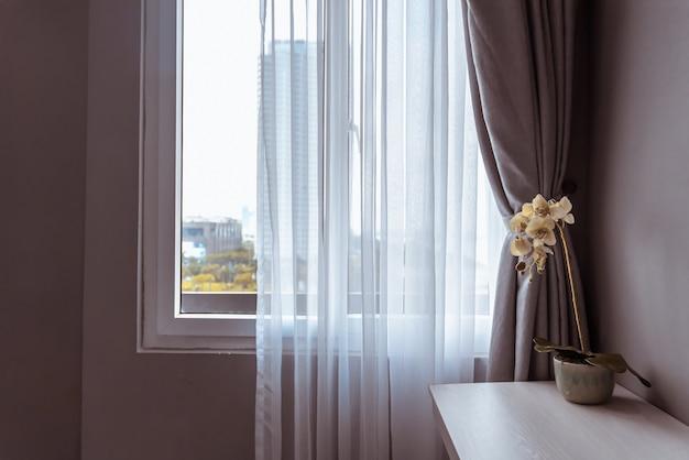 Cortinas ciegas decorativas de la ventana moderna para el dormitorio, concepto interior.