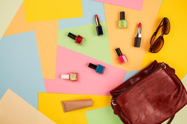Cosas de bolso abierto de dama.