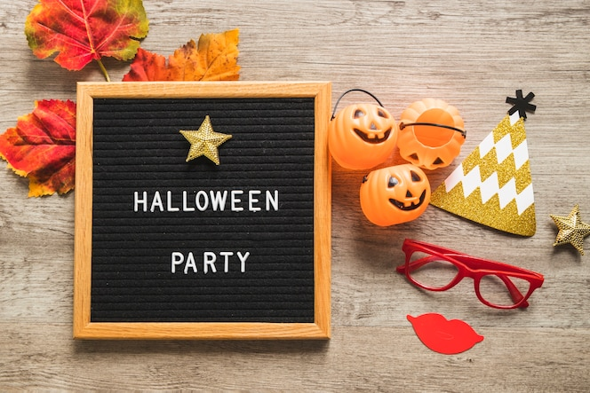 Cosas de halloween y hojas cerca del marco con la escritura