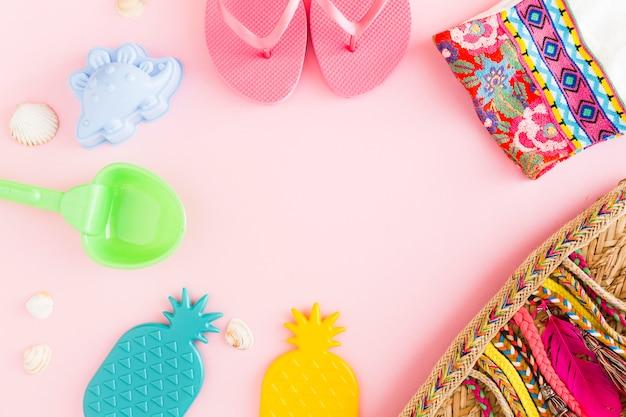 Cosas de resort de playa sobre fondo rosa