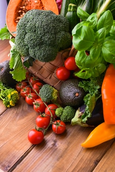 Cosecha. concepto de alimentación o dieta saludable. cesta grande con diferentes verduras frescas de granja. copia espacio enfoque selectivo