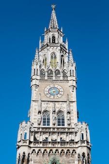 Cosecha del edificio del ayuntamiento medieval con agujas munich alemania.