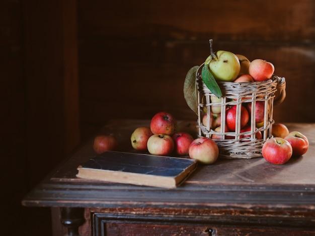 Cosecha fresca de manzanas sanas de granja en un frasco