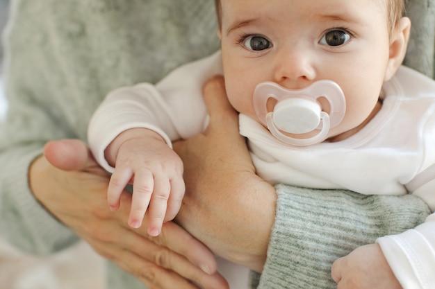 Cosecha madre sosteniendo bebe