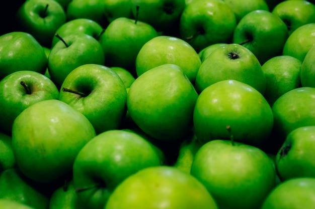 Cosecha de manzanas verdes maduras