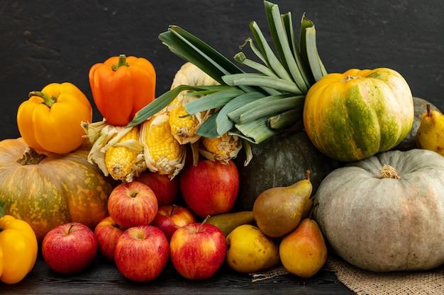 Cosecha de otoño de calabazas y otras verduras.