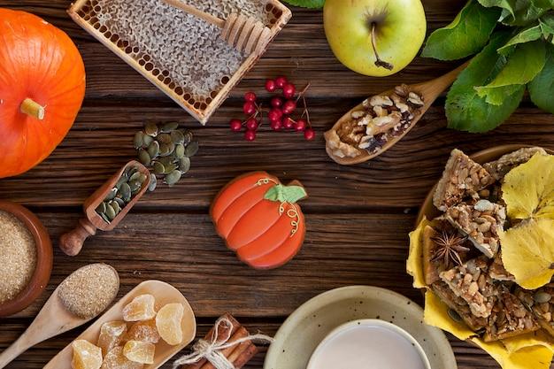 Cosecha de otoño de frutas y verduras en la mesa de la aldea.