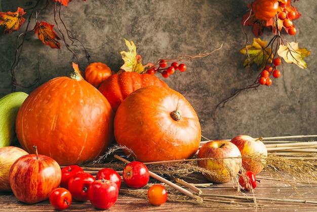 Cosecha de otoño en mesa de acción de gracias